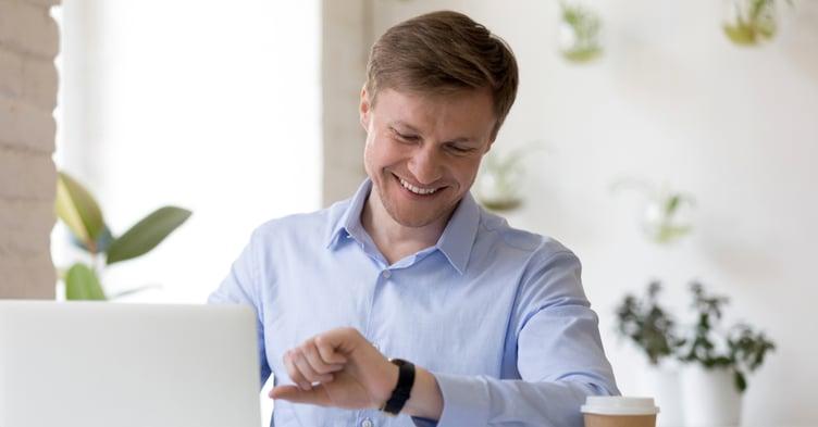 impiegato controlla Lavoro flessibile possibilità di scegliere i propri orari