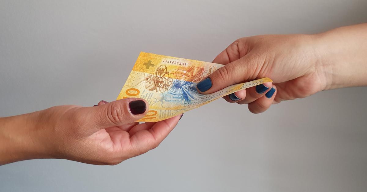 Donna paga con banconote da 10 franchi