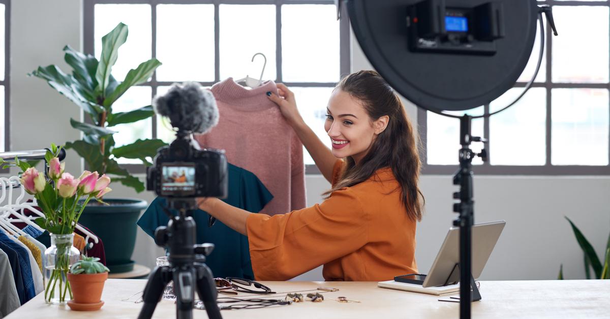 influencer di moda registra video in cui mostra delle maglie