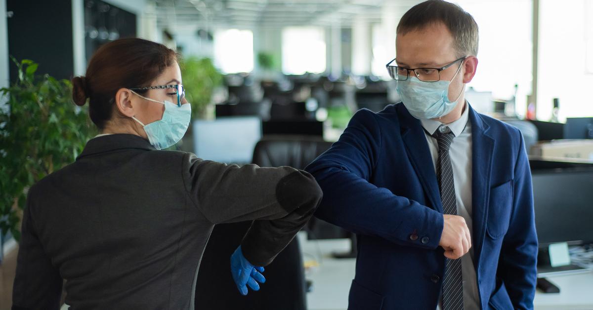 Colleghi evitano di stringersi la mano per rispetto alle linee guida anti-coronavirus
